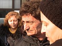 На снимката - Исмет Исмаилов, баща на дете, болно от муковисцидоза.